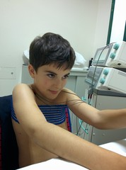 Bambino effettua fisioterapia