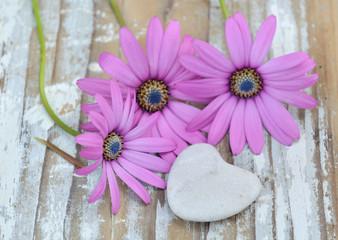 galet en forme de cœur et fleurs sur bois