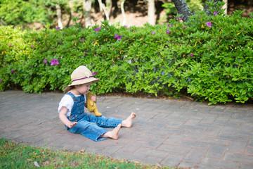 道に座り込む女の子