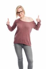 Junge Frau mit Brille zeigt Daumen hoch