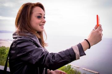 ragazza si fa un selfie