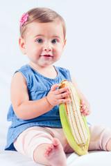 Baby mit einem Maiskolben