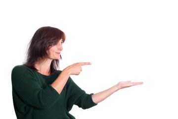 Frau präsentiert ein Produkt