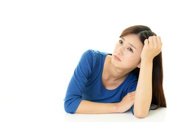悲しそうな表情の女性