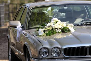 Blumenbouquet auf einem Hochzeitsauto