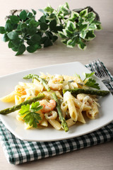 Pasta with prawns, asparagus and cream