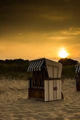 Strandkorb während eines Sonnenunterganges