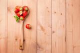 Fototapety Frische Erdbeeren auf Kochlöffel in Herzform