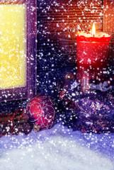 Weihnachtsdekoration vor dem Fenster