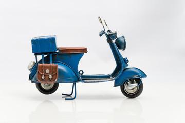 アンティークな玩具のスクーター