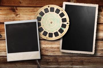 polaroid viewmaster e cartolina vintage su fondo legno