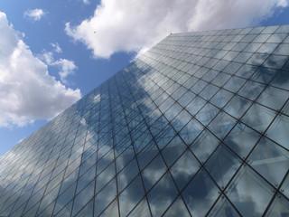ガラスのピラミッドと青空と雲