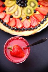 torta di frutta e bevanda analcolica