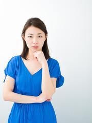 考える若い女性