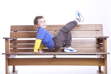 Bambino su una panchina
