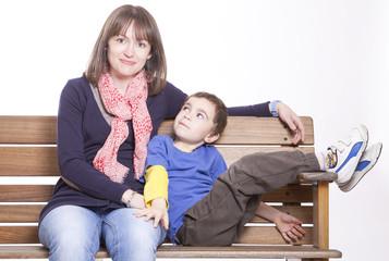 Mamma e figlio su una panchina