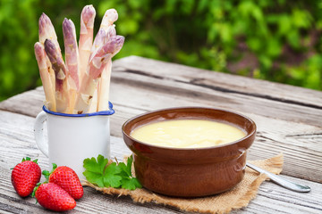 Spargelsuppe, frischer Spargel, Erdbeeren