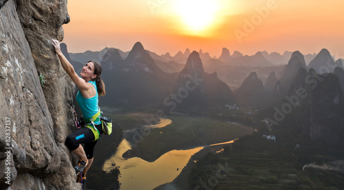 Plexiglas Guilin Silhouette of female athlete on Chinese mountain sunset