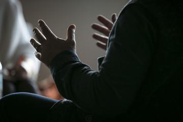 Hände (Mann) gestikulierend im Gespräch