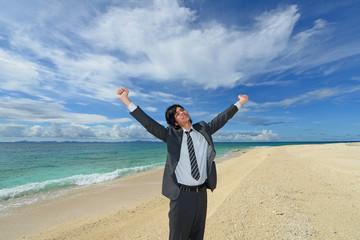美しいビーチで寛ぐ男性