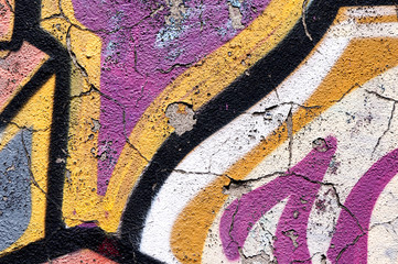 graffiti su muro scrostato