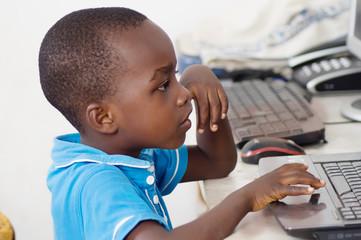 Enfant travaillant sur un ordinateur.