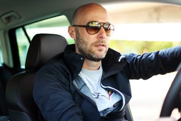 Autofahrer mit Sonnenbrille