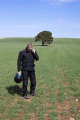 Hombre pelirrojo hablando por teléfono en el campo