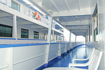 Deck tourist ship to travel on the river
