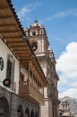 Balcón de madera e iglasia en Cuzco, Perú