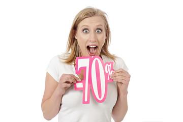 femme tenant carton réduction soldes - 70 %