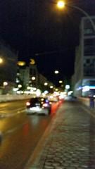 Straßen abends mit Verkehr und vielen Lichtern
