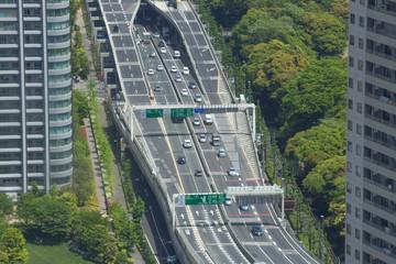 ビルの間を走る高速道路(首都高速)