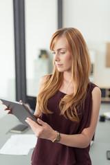 moderne junge angestellte schaut auf tablet-pc