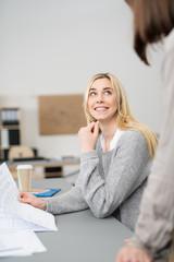 zwei frauen in einer besprechung am arbeitsplatz