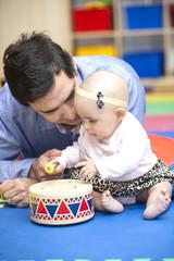 Papá enseñándome a tocar el tambor