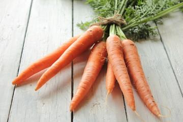 Karotten Möhren auf Holztisch