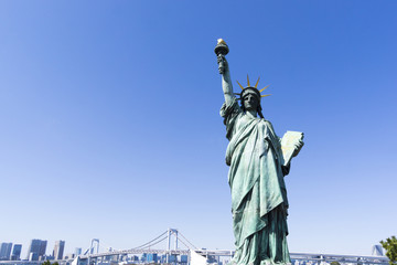 お台場 自由の女神像とレインボーブリッジ  快晴青空 東京オリンピック競技会場