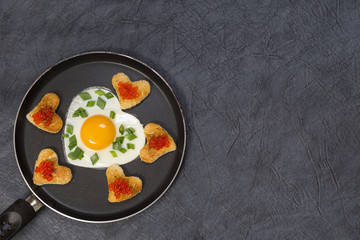 Яичница в форме сердца и гренки с икрой на сковороде