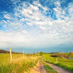 Weg über Wiesen und Felder
