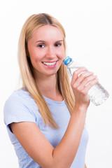 junge frau trinkt aus einer wasserflasche