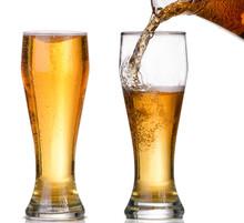 Aislado Vidrio y Brown botella de cerveza sobre un fondo blanco