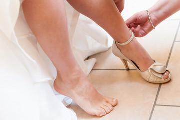 Aiutare la sposa a calzare le scarpe da cerimonia
