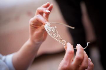 Mani con diadema nuziale per la  acconciatura da sposa
