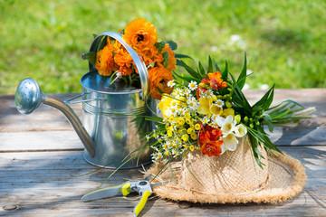 Blumige Gartenarbeit