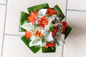 Buoquet sposa rotondo nel vaso in attesa della cerimonia