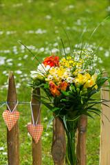 Blumenstrauss am Gartenzaun