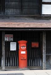軒先の赤い丸ポスト