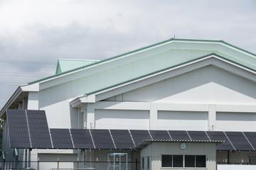 公共施設 学校に設置した大型のソーラーパネル