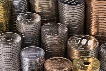 積み重ねた日本の硬貨